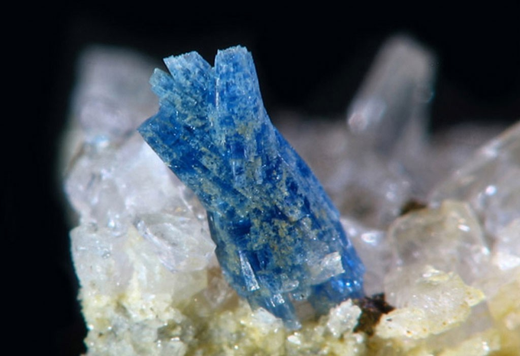 фото и описание камня баццит твери